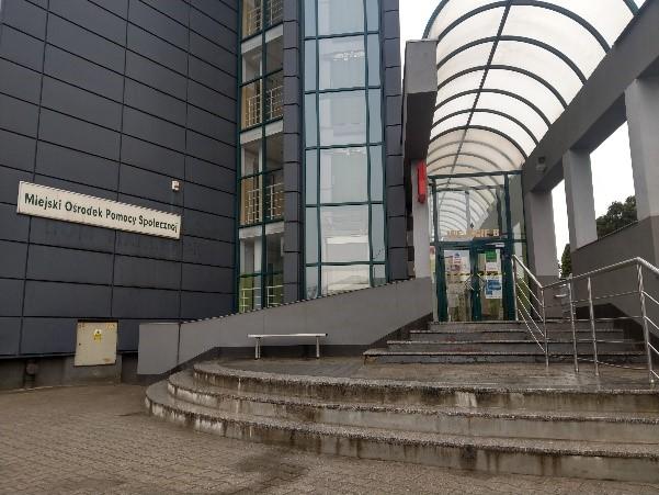 Zdjęcie wejścia głównego. Widać schody i zadaszenie.